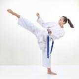 In karategi i battiti della sportiva un'alta gamba di scossa Immagine Stock