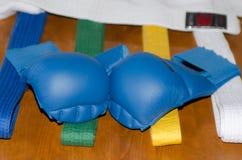 Karatehandschoenen, riemen en kimono Royalty-vrije Stock Fotografie