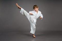 Karatejunge im weißen Kimono stockfotografie