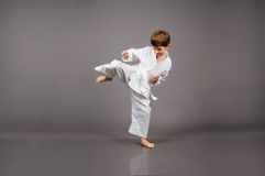 Karatejunge im weißen Kimono Lizenzfreie Stockfotografie