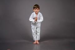 Karatejunge im weißen Kimono Stockbild