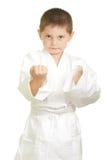 Karatejunge stellt Fäuste her lizenzfreie stockfotos
