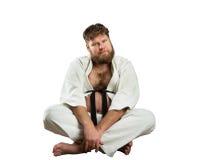 Karatekämpe med korsade ben Fotografering för Bildbyråer