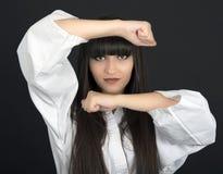 Karateka asiatisk flicka på svart bakgrundsstudioskott Royaltyfri Bild