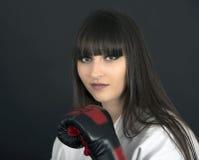 Karateka asiatisk flicka på svart bakgrundsstudioskott Arkivfoto