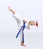 Karateka rytmy kopią wewnątrz kapelusz Święty Mikołaj Fotografia Royalty Free