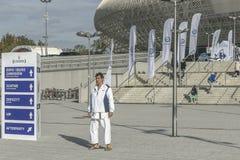 Karatekämpfer vor Sporthalle Stockfotos