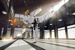 Karatekvinna i handling arkivfoton