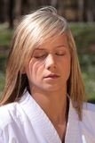 Karatemädchen - Meditation Stockfoto