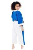 Karatemeisje die en u bekijken terugkeren Stock Afbeelding