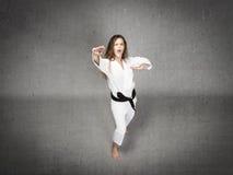 Karatemeisje klaar te raken stock foto's