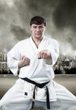 Karatemeister im Kimono lizenzfreie stockfotos