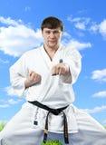 Karatemeister im Kimono auf blauem Himmel lizenzfreies stockfoto