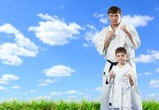 Karatemeister mit seinem jungen Studenten stockfotos