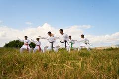 Karateschool met Trainers en Jongens het Opwarmen Royalty-vrije Stock Afbeeldingen