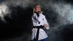 Karatesparkflicka i tekniska skott för kimonoövning _ lager videofilmer