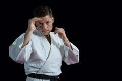 Karatespeler die karatehouding uitvoeren stock afbeelding