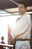 Karatespeler die karatehouding uitvoeren royalty-vrije stock afbeelding