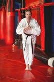 Karatespeler die karatehouding uitvoeren royalty-vrije stock afbeeldingen