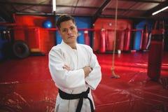 Karatespeler die zich in geschiktheidsstudio bevinden royalty-vrije stock afbeelding