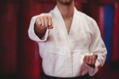 Karatespeler in zwart band stock fotografie