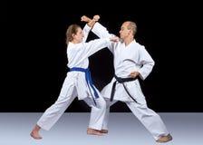 Karatetechnik wird von den erwachsenen Athleten ausgebildet stockfoto