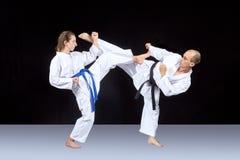 Karatetechnik wird von den erwachsenen Athleten ausgebildet stockbild