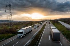 Karawana lub konwój biel przewozimy samochodem na autostradzie zdjęcie royalty free