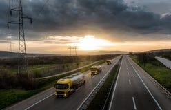 Karawana lub konwój cysternowe ciężarówki na autostradzie obrazy royalty free