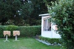 Karawana z niezmienną werandą robić markizy tkanina, szklani ślizgowi okno i story, na Niemieckim campsite Obraz Royalty Free