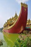 Karaweik宫殿正面图Kandawgyi湖的,仰光,缅甸 免版税库存照片