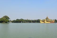 Karaweik寺庙在Kandawgyi湖,仰光,缅甸 免版税库存图片