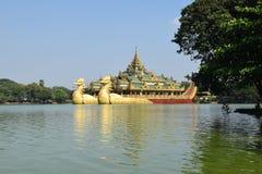 Karaweik寺庙在Kandawgyi湖,仰光,缅甸 图库摄影