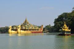 Karaweik寺庙在Kandawgyi湖,仰光,缅甸 库存照片