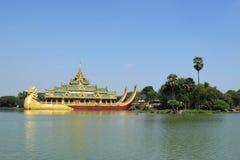 Karaweik寺庙在Kandawgyi湖, Rangún,缅甸 免版税库存照片