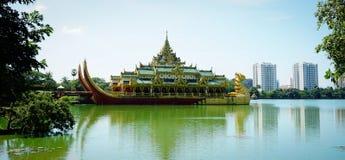 Karaweik Salão em Yangon, Myanmar imagens de stock royalty free
