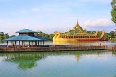 Karaweik Salão, Yangon, Myanmar foto de stock royalty free
