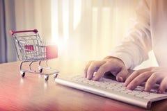 karcianego handlu komputerowy pojęcia kredyt e wręcza klawiaturę Fotografia Stock