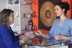 karcianego kredyta sklepowa bierze kobieta zdjęcia stock