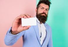 Karcianej kopii przestrzeni zajęcia fachowa pozycja Czuje bezpłatnego kontakt ja Biznesmena chwyta pusta karta Brodaty modniś zdjęcie stock