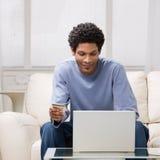 karciany kredytowy internetów mężczyzna używać Zdjęcie Royalty Free