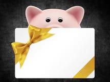 Karciany prezent z prosiątko bankiem na czerni, złoty tasiemkowy łęk, Odizolowywający Zdjęcie Royalty Free