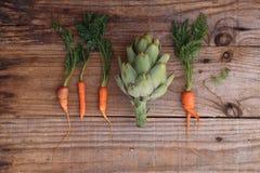 Karczoch między marchewkami obrazy stock