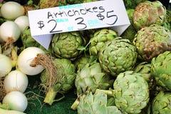 Karczochy dla sprzedaży przy rolnika rynkiem Zdjęcie Royalty Free