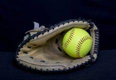 Karda för Fastpitch softballstoppare med den gula bollen Arkivfoto