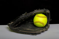 Karda för Fastpitch softballuteman med den gula bollen Arkivfoto