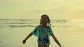 Kardanring steadycam, das Schuss von 8 oder 9 Jahren altes schönes und glückliches asiatisches indonesisches Kindermädchenlaufen  stock footage