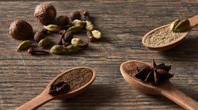 Kardemom, kruidnagels, notemuskaat, steranijsplant, pimentbes Verschillende types stock afbeelding