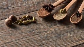 Kardemom, kruidnagels, notemuskaat, steranijsplant, pimentbes Verschillende types stock foto's