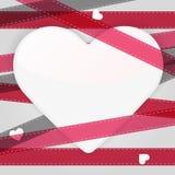 Kardieren Sie Schablone mit Papierherzen und rosa Bändern Lizenzfreie Stockfotografie